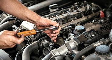 Mécanicien travaille sur un moteur