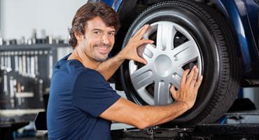 Un mécanicien change une roue